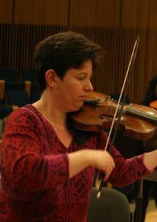 קתי דברצני בחזרה עם תזמורת הבארוק ירושלים, הבוקר. צילום: מקסים ריידר