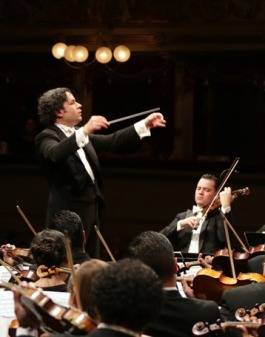 גוסטבו דודאמל מנצח על תזמורת