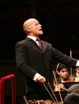 דיטריך פארדס מנצח על תזמורת הנוער של קראקס. צילום באדיבות לה סקאלה מילאנו